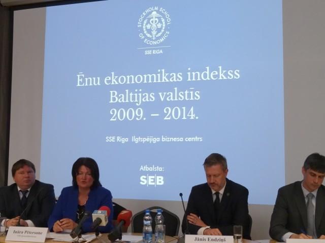 """Проблема нелегальной занятости и """"зарплат в конвертах"""" в Латвии постепенно снижается, утверждают авторы Индекса теневой экономики в странах Балтии."""