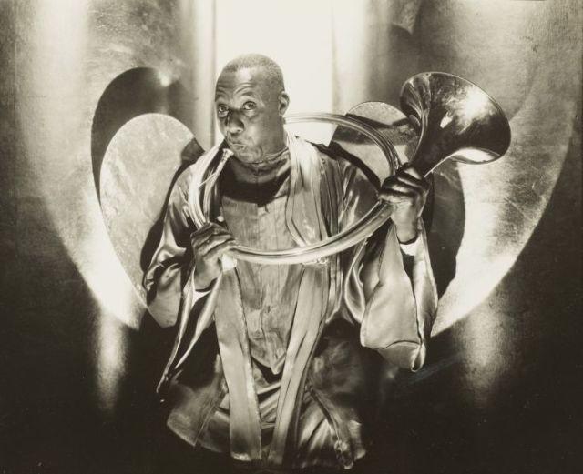 Иллюстрация: Эдвард Стайхен (Edward Steichen, 1879—1973). Уэсли Хилл в роли ангела Габриэля в спектакле «Зеленое пастбище». Нью-Йорк, 1930. Серебряно-желатиновая печать. Коллекция Национального музея истории и искусства Люксембурга. 2014 The Estate of Edward Steichen / Artists Rights Society (ARS), New York